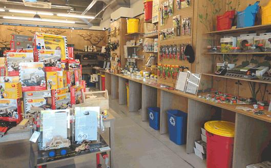 大都の店舗には24社の商品が500点以上取り揃えられている