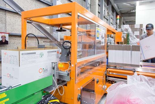 段ボール箱を組み立てる機械