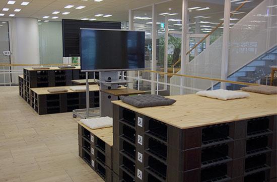 アスクル ASKUL オフィスリニューアル 物流倉庫で使用しているパレットを利用したディスカッションスペース
