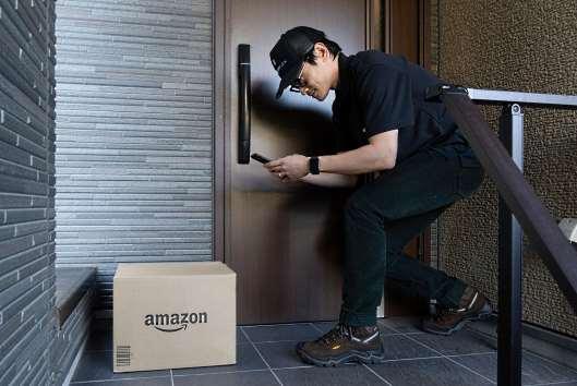 アマゾンジャパンは、商品の配送方法として「置き配」を標準配送とした場合の利便性や効果を検証するため、都内や大阪府内などで実証実験を行うと発表